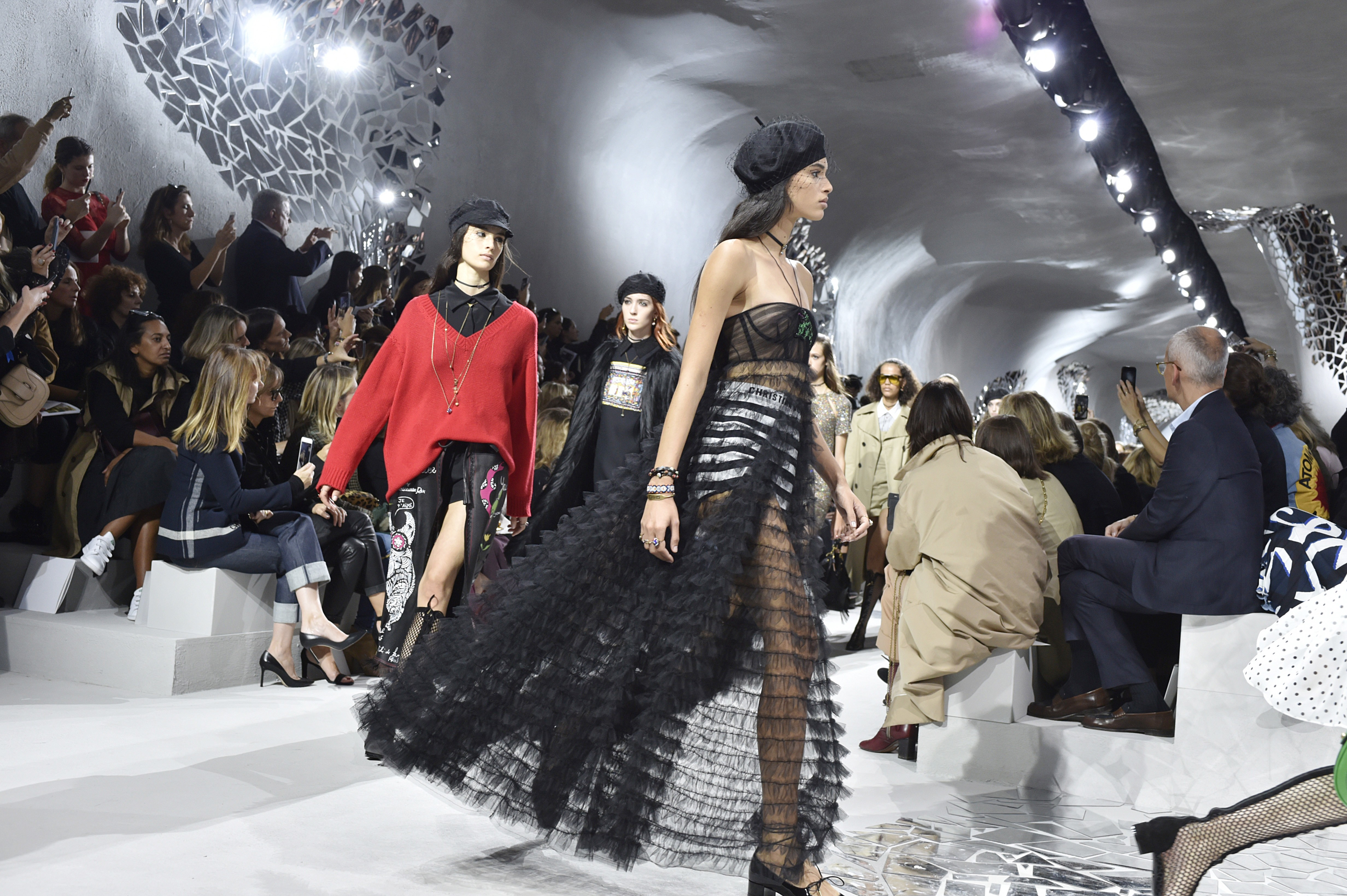PARIS, FRANCE - SEPTEMBER 26: Models walk the runway at the Dior Spring Summer 2018 fashion show during Paris Fashion Week on September 26, 2017 in Paris, France. (Photo by Catwalking/Getty Images) (Foto: Getty Images)