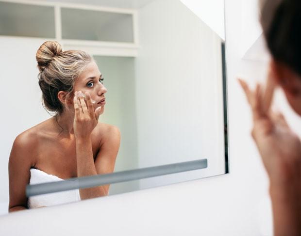 A esfoliação ajuda a manter a pele mais jovem, pois estimula a renovação celular, melhorando a aparência de marcas e manchas, diz a dermatologista Valéria Marcondes (Foto: Thinkstock)